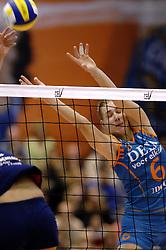 14-12-2006 VOLLEYBAL: DELA MARTINUS - VINO MONTESCHIAVO JESI: AMSTELVEEN<br /> Martinus verloor in vier sets, maar is nog steeds kansrijk om de eerste ronde van deze Europese topcompetitie te overleven (22-25, 17-25, 25-22, 22-25) / Caroline Wensink<br /> ©2006: FOTOGRAFIE RONALD HOOGENDOORN