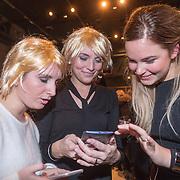 NLD/Amsterdam/20151026 - Lancering Linda TV, Dames bekijken de Linda tv app