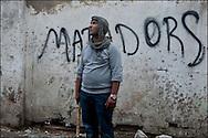 Un habitant est vu armé d'un bâton de bois lors de la chasse aux pilleurs. // A la suite de nombreux pillages et saccages commis dans le centre ville de Tunis la Police accompagnée des habitants organisés en comité de quartiers chassent les pilleurs, Tunis dimanche 27 février 2011. © Benjamin Girette/IP3 press