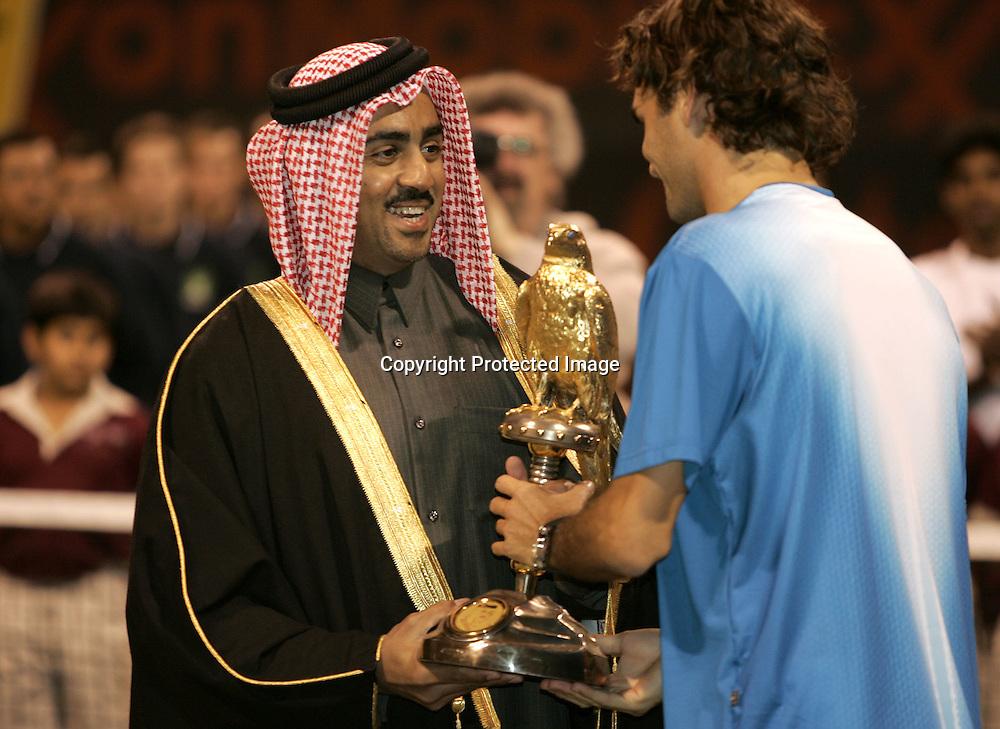 Qatar, Doha, ATP Tennis Turnier Qatar Open 2005,  QTF Praesident Scheich Mohamed Bin Faleh Al-Thani  ueberreicht Roger Federer den Pokal,<br />Siegerehrung, 08.01.2005,<br />Foto: Juergen Hasenkopf