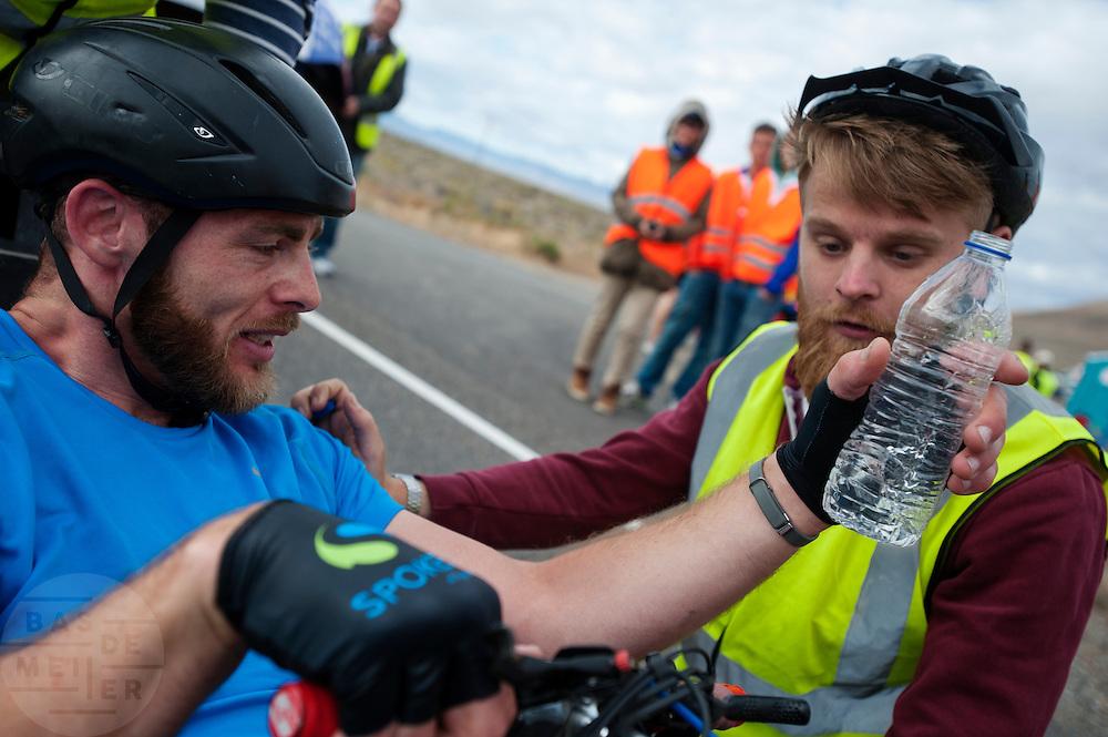 Ken Buckley rijdt een Brits record. In Battle Mountain (Nevada) wordt ieder jaar de World Human Powered Speed Challenge gehouden. Tijdens deze wedstrijd wordt geprobeerd zo hard mogelijk te fietsen op pure menskracht. Ze halen snelheden tot 133 km/h. De deelnemers bestaan zowel uit teams van universiteiten als uit hobbyisten. Met de gestroomlijnde fietsen willen ze laten zien wat mogelijk is met menskracht. De speciale ligfietsen kunnen gezien worden als de Formule 1 van het fietsen. De kennis die wordt opgedaan wordt ook gebruikt om duurzaam vervoer verder te ontwikkelen.<br /> <br /> Ken Buckley sets a new British record. In Battle Mountain (Nevada) each year the World Human Powered Speed Challenge is held. During this race they try to ride on pure manpower as hard as possible. Speeds up to 133 km/h are reached. The participants consist of both teams from universities and from hobbyists. With the sleek bikes they want to show what is possible with human power. The special recumbent bicycles can be seen as the Formula 1 of the bicycle. The knowledge gained is also used to develop sustainable transport.