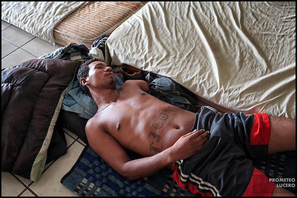 Un migrante hondureño mutilado duerme en el Hotel Migrante, en Mexicali  (FOTO: Prometeo Lucero)