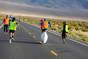 De zesde racedag. In Battle Mountain (Nevada) wordt ieder jaar de World Human Powered Speed Challenge gehouden. Tijdens deze wedstrijd wordt geprobeerd zo hard mogelijk te fietsen op pure menskracht. De deelnemers bestaan zowel uit teams van universiteiten als uit hobbyisten. Met de gestroomlijnde fietsen willen ze laten zien wat mogelijk is met menskracht.<br /> <br /> In Battle Mountain (Nevada) each year the World Human Powered Speed ​​Challenge is held. During this race they try to ride on pure manpower as hard as possible.The participants consist of both teams from universities and from hobbyists. With the sleek bikes they want to show what is possible with human power.