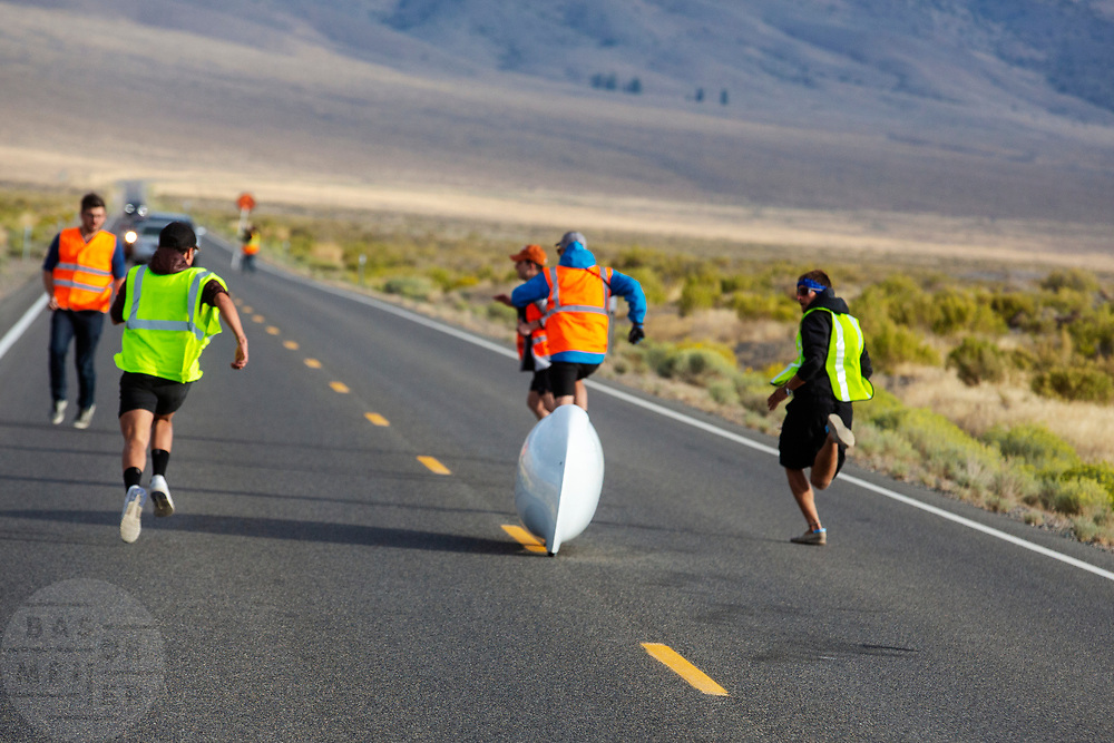 De zesde racedag. In Battle Mountain (Nevada) wordt ieder jaar de World Human Powered Speed Challenge gehouden. Tijdens deze wedstrijd wordt geprobeerd zo hard mogelijk te fietsen op pure menskracht. De deelnemers bestaan zowel uit teams van universiteiten als uit hobbyisten. Met de gestroomlijnde fietsen willen ze laten zien wat mogelijk is met menskracht.<br /> <br /> In Battle Mountain (Nevada) each year the World Human Powered Speed Challenge is held. During this race they try to ride on pure manpower as hard as possible.The participants consist of both teams from universities and from hobbyists. With the sleek bikes they want to show what is possible with human power.