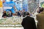 ABU DHABI, EMIRATS ARABES UNIS - 19 JANVIER 2016: Groupe de visiteurs devant la maquette 'master' de Masdar City durant le Forum de  'Abu Dhabi Sustainability Week'.