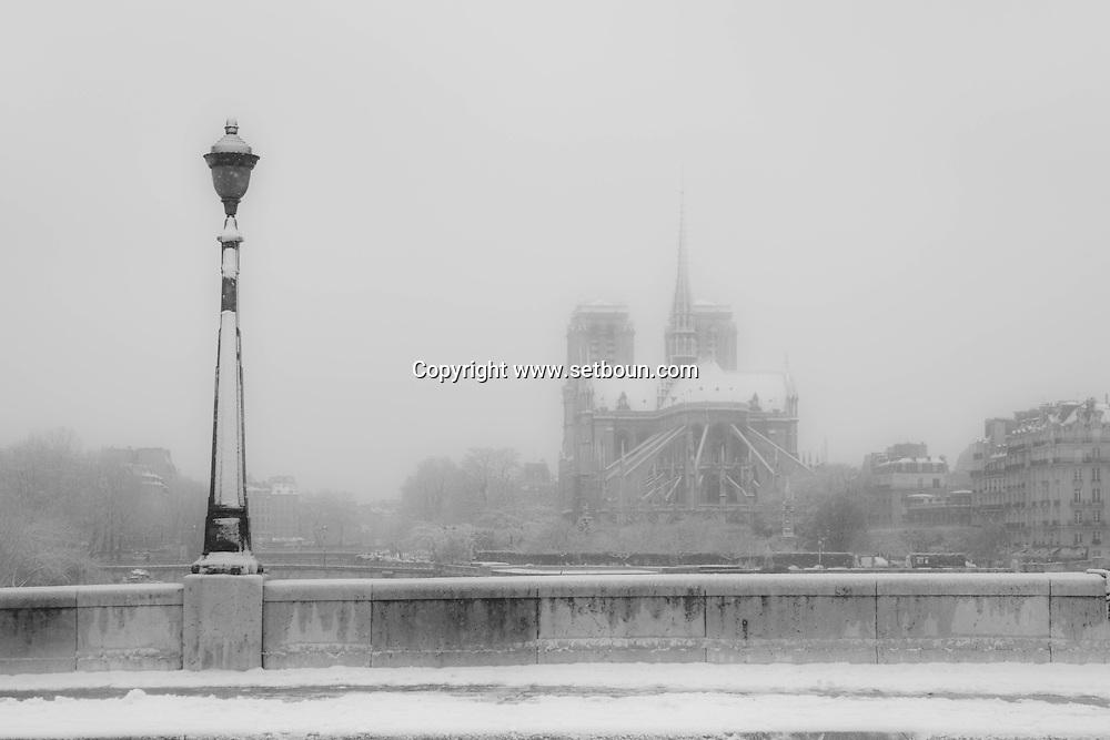 France . Paris under the snow, Pont de la tournelle  / paris sous la neige en hiver, pont de la Tournelle