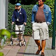 NLD/Blaricum/20100808 - Menno Buch maakt een zondagmiddag wandeling door Blaricum met partner en waarschijnlijk schoonvader