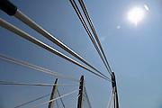 Nederland, Ewijk, 8-6-2013De twee brughelften van de nieuwe brug over de Waal in de snelweg A50 hebben elkaar bereikt. De brug is gesloten. In de loop van 2013 kan hij in gebruik genomen worden. Dan krijgt de huidige brug groot onderhoud en in 2014 zijn ze beiden beschikbaar. Wegverbreding van de A50 tussen de knooppunten Ewijk en Valburg. Onderdeel van deze wegverbreding is de bouw van een extra brug over Waal. De A 50 tussen knooppunt Valburg, Grijsoord en Ewijk is een van de grootste knelpunten in het wegennet op dit moment.Foto: Flip Franssen/Hollandse Hoogte