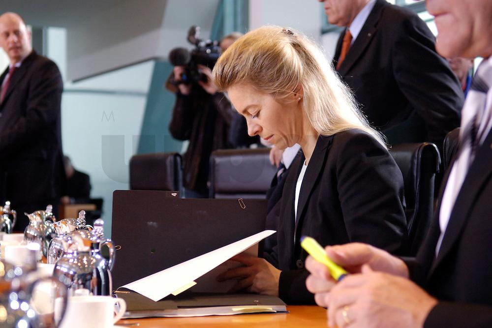 08 FEB 2006, BERLIN/GERMANY:<br /> Ursula von der Leyen, CDU, Bundesfamilienministerin, liest in ihren Unterlagen, vor Beginn der Kabinettsitzung, Bundeskanzleramt<br /> IMAGE: 20060208-01-015<br /> KEYWORDS: Sitzung, Kabinett, lesen, Akte, Akten, papers