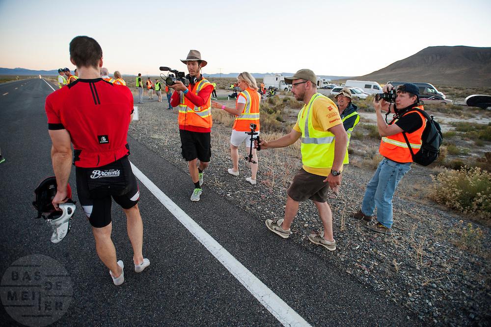 In Battle Mountain (Nevada) wordt ieder jaar de World Human Powered Speed Challenge gehouden. Tijdens deze wedstrijd wordt geprobeerd zo hard mogelijk te fietsen op pure menskracht. Ze halen snelheden tot 133 km/h. De deelnemers bestaan zowel uit teams van universiteiten als uit hobbyisten. Met de gestroomlijnde fietsen willen ze laten zien wat mogelijk is met menskracht. De speciale ligfietsen kunnen gezien worden als de Formule 1 van het fietsen. De kennis die wordt opgedaan wordt ook gebruikt om duurzaam vervoer verder te ontwikkelen.<br /> <br /> In Battle Mountain (Nevada) each year the World Human Powered Speed Challenge is held. During this race they try to ride on pure manpower as hard as possible. Speeds up to 133 km/h are reached. The participants consist of both teams from universities and from hobbyists. With the sleek bikes they want to show what is possible with human power. The special recumbent bicycles can be seen as the Formula 1 of the bicycle. The knowledge gained is also used to develop sustainable transport.