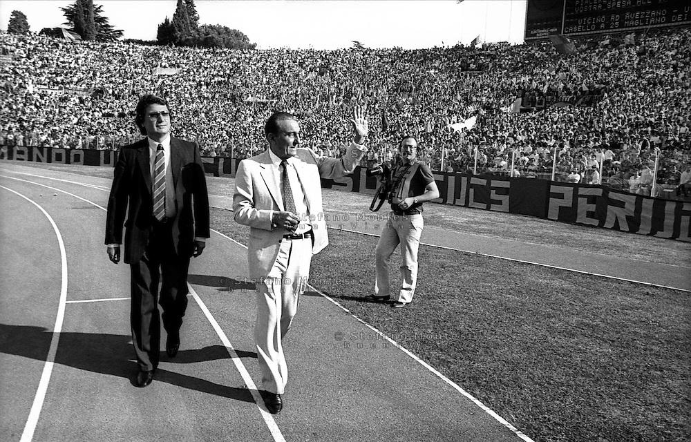 Roma 1986<br /> Il presidente della Roma Calcio  Dino Viola, saluta la curva sud allo stadio Olimpico.<br /> Rome 1986<br /> The president of the Rome Soccer Dino Viola, greets the curve south at the Olympic Stadium.