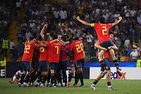 FUSSBALL UEFA U21-EUROPAMEISTERSCHAFT FINALE 2019  in Italien  Spanien - Deutschland   30.06.2019 SCHLUSSJUBEL Spanien; Jorge Mere (re) hebt Jesus Vallejo (Nr.2) hoch mit Teamkreis im Hintergrund