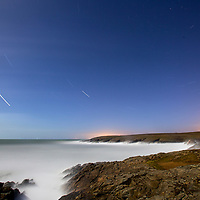 La côte sauvage by night éclairé par la lune, sur la presqu'ile de Quiberon dans le Morbihan