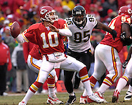 Kansas City Chiefs quarterback Trent Green (10) gets ready to throw down field in the first half against pressure from Jacksonville defensive end Paul Spicer (95), at Arrowhead Stadium in Kansas City, Missouri, December 31, 2006.  The Chiefs beat the Jaguars 35-30.<br />