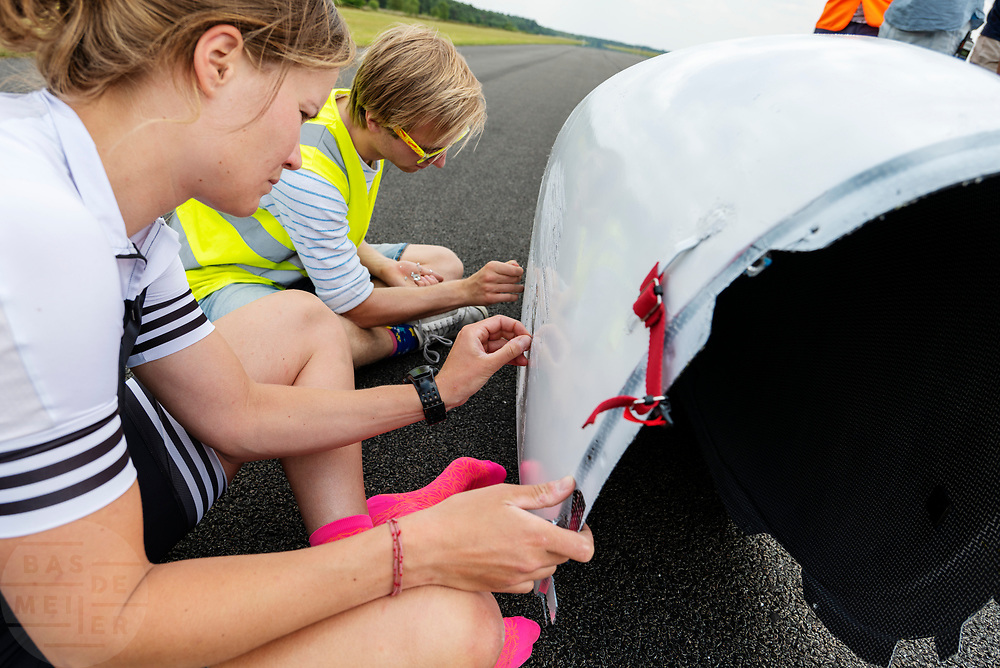 Samen met een teamlid haalt atleet Rosa Bas wat beschadigingen op na een val. Op vliegbasis Woensdrecht test het HPT met de VeloX. In september wil het Human Power Team Delft en Amsterdam, dat bestaat uit studenten van de TU Delft en de VU Amsterdam, tijdens de World Human Powered Speed Challenge in Nevada een poging doen het wereldrecord snelfietsen voor vrouwen te verbreken met de VeloX 9, een gestroomlijnde ligfiets. Het record is met 121,81 km/h sinds 2010 in handen van de Francaise Barbara Buatois. De Canadees Todd Reichert is de snelste man met 144,17 km/h sinds 2016.<br /> <br /> With the VeloX 9, a special recumbent bike, the Human Power Team Delft and Amsterdam, consisting of students of the TU Delft and the VU Amsterdam, also wants to set a new woman's world record cycling in September at the World Human Powered Speed Challenge in Nevada. The current speed record is 121,81 km/h, set in 2010 by Barbara Buatois. The fastest man is Todd Reichert with 144,17 km/h.