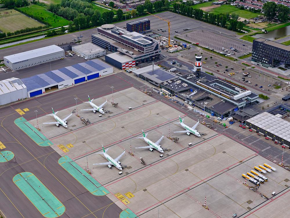 """Nederland, Zuid-Holland, Rotterdam, 14-05-2020; Rotterdam The Hague Airport, Zestienhoven ten tijde van de Corona crisis. Veel verkeersvliegtuigen zijn 'grounded', Transavia houdt zijn vliegtuigen aan de grond. De parkeerterrein zijn nagenoeg leeg.<br /> Rotterdam The Hague Airport, Zestienhoven, during the Corona crisis. Many airliners are """"grounded"""", Transavia keeps its planes on the ground. The parking lots are virtually empty.<br /> luchtfoto (toeslag op standard tarieven);<br /> aerial photo (additional fee required)<br /> copyright © 2020 foto/photo Siebe Swart"""