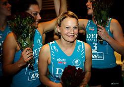 26-04-2008 VOLLEYBAL: DELA MARTINUS - AMVJ: AMSTELVEEN<br /> Riette Fledderus sluit haar carriere af met een kampioenschap en een fles champagne. Op de achtergrond Francien Huurman en Sanna Visser (links)<br /> &copy;2008-WWW.FOTOHOOGENDOORN.NL