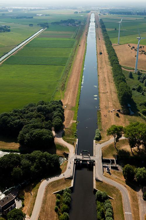 Nederland, Noord Brabant, Gemeente Waalwijk, 08-07-2010. Bovenlandse sluis, plaats waar het Afwateringskanaal 's-Hertogenbosch - Drongelen uitmond in de Bergsche Maas. Gezien naar Waalwijk (zuidoosten). Essentieel in de waterhuishouding van Brabant. Het kanaal is gegraven begin 20e eeuw ter vervanging van (en gedeeltelijk op de plaats van) de Baardwijksche Overlaat.Bovelandse sluis (sluice), where the drainage channel coming from 's-Hertogenbosch - flows into the Bergsche Maas. Essential for the water management of Brabant. The canal was dug early 20th century to replace (and partially in place of) an earlier spillway.luchtfoto (toeslag), aerial photo (additional fee required).foto/photo Siebe Swart.