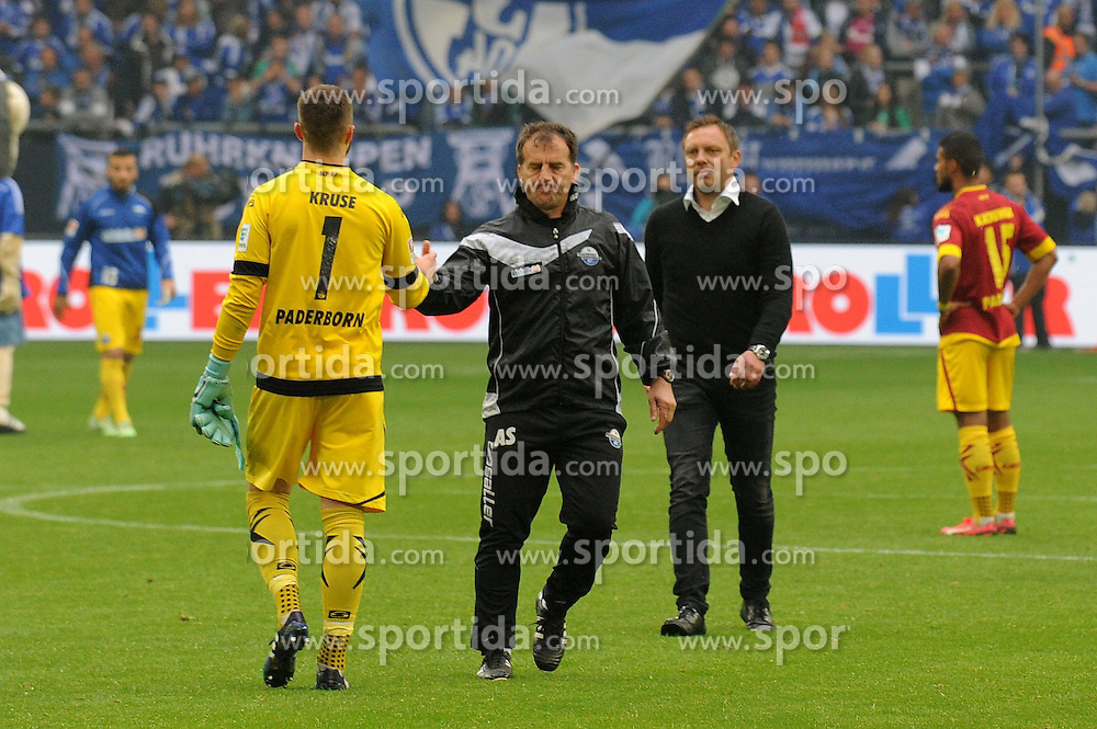 16.05.2015, Veltins Arena, Gelsenkirchen, GER, 1. FBL, Schalke 04 vs SC Paderborn 07, 33. Runde, im Bild V.l.n.r. Torhueter Lukas Kruse, Co Trainer Asif Saric und Trainer Andre Breitenreiter ( alle SC Paderborn 07 ) enttaeuscht nach der spaeten Niederlage. // during the German Bundesliga 33th round match between Schalke 04 and SC Paderborn 07 at the Veltins Arena in Gelsenkirchen, Germany on 2015/05/16. EXPA Pictures &copy; 2015, PhotoCredit: EXPA/ Eibner-Pressefoto/ Thienel<br /> <br /> *****ATTENTION - OUT of GER*****