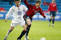 Fotball, 28. april 2004, Privatlandskamp, Norge-Russland,  Ole Gunnar Solskjær, Norge, og Dmitri Loskov, Russland