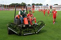 FUSSBALL     1. BUNDESLIGA     SAISON  2012/2013     30.07.2012 Fototermin beim  FC Bayern Muenchen  Rafinha kommt verletzt auf Kruecken auf dem Rasenmaeher, daneben Arjen Robben