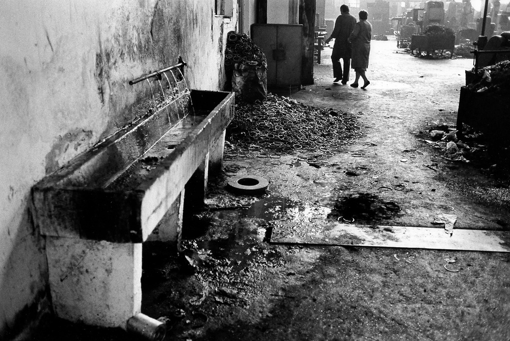 ALBANIA - Albanien - 1991 - Transition from communism to democracy; Traktor Kombinat Enver Hoxha 10/1991; © Christian Jungeblodt