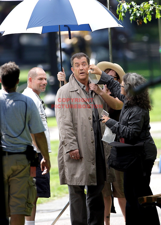 "(09/05/08-Boston,MA) Mel Gibson is seen between takes as he films ""Edge of Darkness"" in Boston's Public Garden one day after Robert De Niro quit the movie due to ""creative Differences"" with director Martin Campbell. Staff photo by Mark Garfinkel"