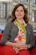 De glazen studio van de NOS op de Dam in Amsterdam wordt gereed gemaakt voor het verslaan van de aanstaande troonswisseling. <br /> <br /> Op de foto: Astrid Kersseboom