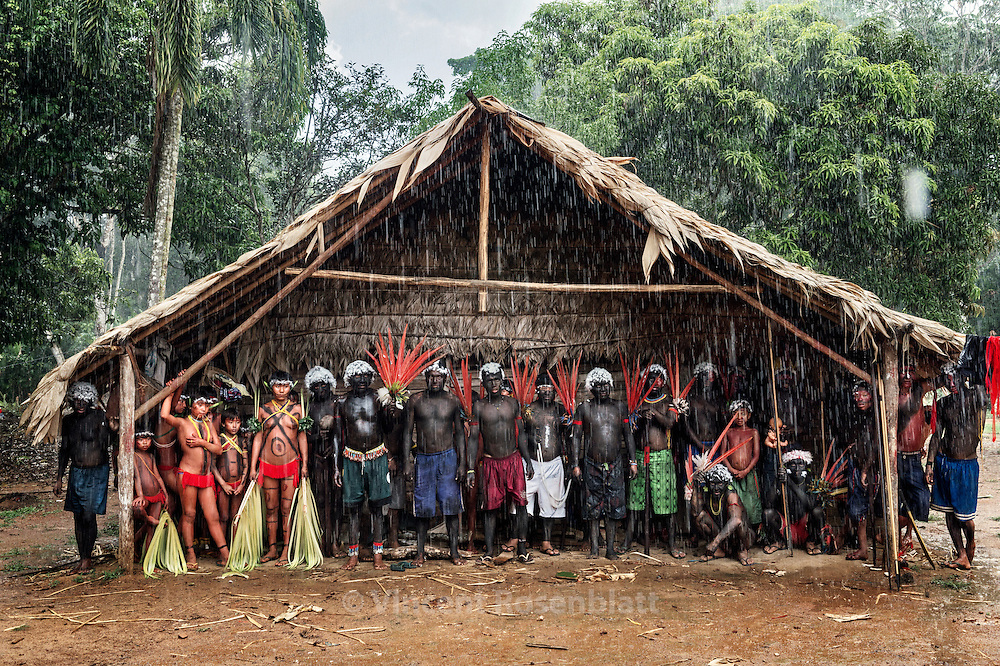 The tropical rain  interrupts the welcoming party in the village. No one want to have its body painting destroyed... It feels as a chamanic and collective Opera, in witch everyone has a role.