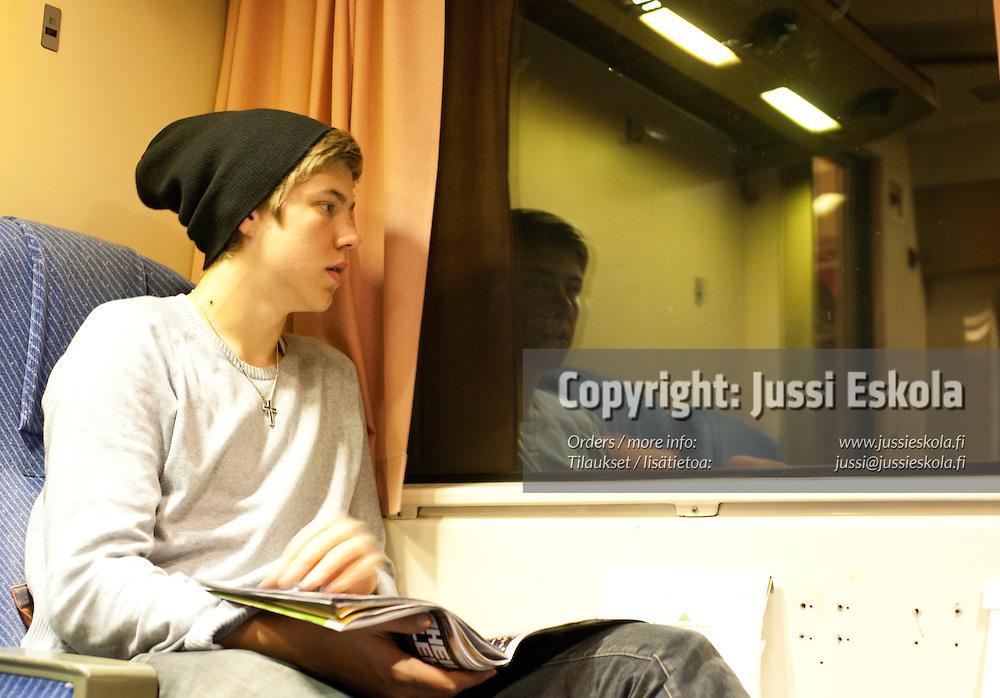 Jesse Joronen junassa matkalla Helsinkiin. 15.11.2009. Photo: Jussi Eskola