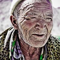 Hemis, Ladakh - 20 luglio 2009: Ritratto di uomo anziano al sole.<br /> <br /> Hemis, Ladakh - July 20, 2009: portrait of an old man with wrinkles under the sun.