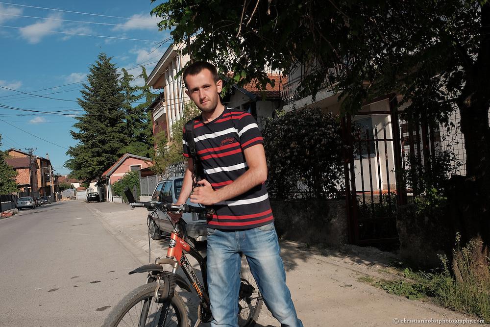 """Arlind Gashi, wohnt und arbeitet in Peja, hat Ausbildung bei """"Praktik"""" gemacht, das von Helvetas unterstützt wird und hat dadurch einen festen Job bei der Internetfirma Kujtesa gefunden. In diesem Bild mit seinem Velo auf dem Weg zur Arbeit."""
