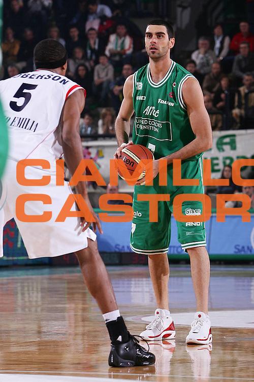 DESCRIZIONE : Treviso Lega A1 2005-06 Benetton Treviso Bipop Carire Reggio Emilia <br /> GIOCATORE : Soragna <br /> SQUADRA : Benetton Treviso <br /> EVENTO : Campionato Lega A1 2005-2006 <br /> GARA : Benetton Treviso Bipop Carire Reggio Emilia <br /> DATA : 20/11/2005 <br /> CATEGORIA : Passaggio <br /> SPORT : Pallacanestro <br /> AUTORE : Agenzia Ciamillo-Castoria/S.Silvestri