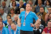 Trainer Alfred Gislason (THW) verfolgt angespannt das Spiel