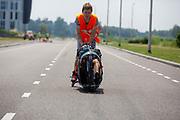 Jennifer Breet rijdt in de VeloX. Op een weg in Delft worden de eerste meters afgelegd met de nieuwe recordfiets, de VeloX 8. In september wil het Human Power Team Delft en Amsterdam, dat bestaat uit studenten van de TU Delft en de VU Amsterdam, tijdens de World Human Powered Speed Challenge in Nevada een poging doen het wereldrecord snelfietsen voor vrouwen te verbreken met de VeloX 8, een gestroomlijnde ligfiets. Het record is met 121,81 km/h sinds 2010 in handen van de Francaise Barbara Buatois. De Canadees Todd Reichert is de snelste man met 144,17 km/h sinds 2016.<br /> <br /> At a road in Delft the team tests the VeloX 8 for the first time. With the VeloX 8, a special recumbent bike, the Human Power Team Delft and Amsterdam, consisting of students of the TU Delft and the VU Amsterdam, also wants to set a new woman's world record cycling in September at the World Human Powered Speed Challenge in Nevada. The current speed record is 121,81 km/h, set in 2010 by Barbara Buatois. The fastest man is Todd Reichert with 144,17 km/h.