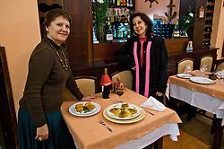 Lídia e Maria José, as portuguesas proprietárias do restaurante típico português Calamares. FOTO: Itamar Aguiar/ Agência Preview