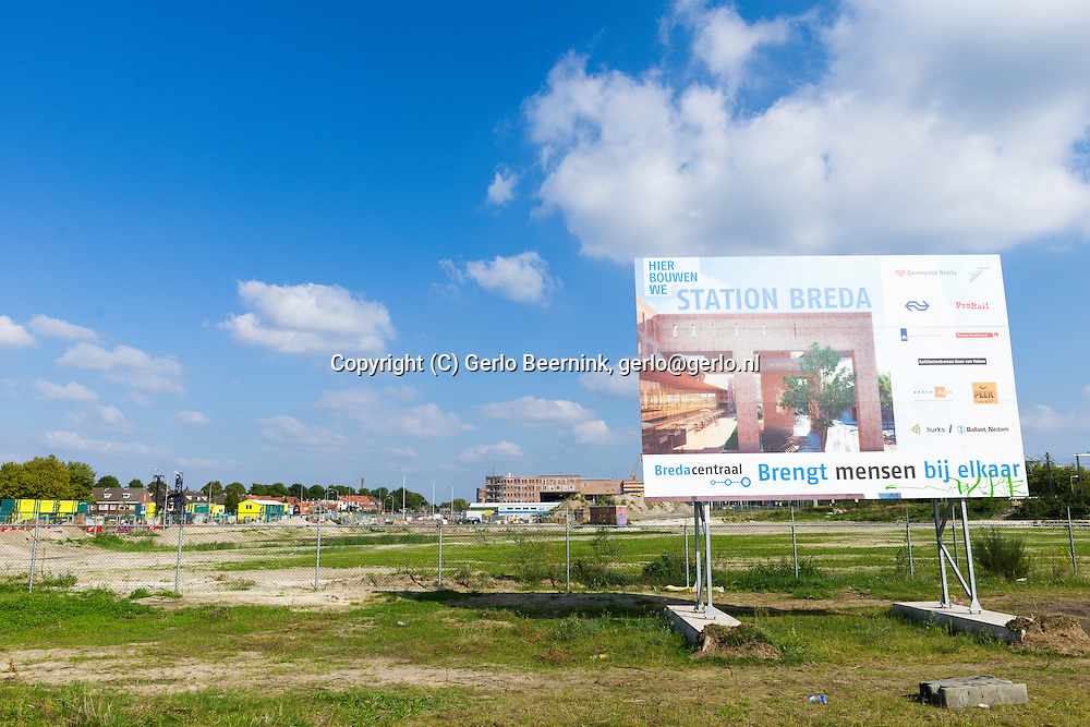 Nederland, Breda, 20140912.<br /> Aankondigingsbord: &quot;Hier bouwen we Station Breda&quot;.<br /> De noordkant van het station in gebruik is genomen. Het compleet nieuwe station van Breda brengt reizen, wonen, werken en winkelen op een moderne en comfortabele manier samen. Door een nieuw busperron voor twintig bussen, parkeerruimte voor 4.400 fietsen en meer dan 700 auto&rsquo;s, woningen, kantoren en winkels in het station zelf. Opgezet op een ruime en toegankelijke manier, met een brede voetgangerspassage, overzichtelijke pleinen en brede wegen. De zes sporen en drie perrons op station Breda bieden ruimte aan 16 treinen per uur.<br /> <br /> Netherlands, Breda, 20140912.<br /> The completely new railway station of Breda will travel, live, work and shop in a modern and comfortable way together. A new bus platform for twenty buses, parking for 4,400 bikes and over 700 cars, homes, offices and shops in the station itself. Mounted on a spacious and accessible way, with a wide pedestrian passage, clear squares and wide roads. The six tracks and three platforms at Breda station for up to 16 trains per hour.