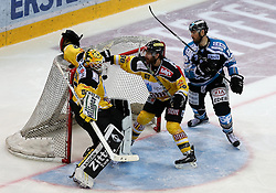 29.11.2015, Albert Schultz Halle, Wien, AUT, EBEL, UPC Vienna Capitals vs EHC Liwest Black Wings Linz, 26. Runde, im Bild Nathan Lawson (Vienna Capitals) , Troy Milan (Vienna Capitals) und Dan DaSilva (EHC LIWEST Black Wings Linz) // during the Erste Bank Icehockey League 26th round match between UPC Vienna Capitals and EHC Liwest Black Wings Linz at the Albert Schultz Halle in Vienna, Austria on 2015/11/29. EXPA Pictures © 2015, PhotoCredit: EXPA/ Alexander Forst// during the Erste Bank Icehockey League 26th round match between UPC Vienna Capitals and EHC Liwest Black Wings Linz at the Albert Schultz Halle in Vienna, Austria on 2015/11/29. EXPA Pictures © 2015, PhotoCredit: EXPA/ Alexander Forst