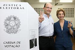 A candidata ao governo do Rio Grande do Sul, Yeda Crusius (PSDB) e o seu vice, Paulo Feijó (PFL) na escola São Manuel seção 87, onde ele votou.  Segundo a pesquisa do Ibope divugada ontem,Yeda tem 49% das intenções de votos totais (55% dos válidos) contra 40% de Olívio (45% dos válidos). FOTO: Jefferson Bernardes/Preview.com