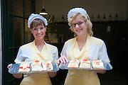 Mädchen mit den berühmten belegten Brötchen, Buffet Trzesniewski, Wien, Österreich.|.sandwiches, Trzesniewski, Wien, Österreich, Vienna, Austria..