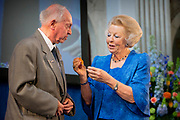 Prinses Beatrix reikt Zilveren Anjers uit op het Koninklijk Paleis in Amsterdam.<br /> <br /> Princess Beatrix at the award ceremony of theZilveren Anjers  in the the Royal Palace in Amsterdam.<br /> <br /> Op de foto / On the photo:  Prinses Beatrix en laureaat Jack Kooistra