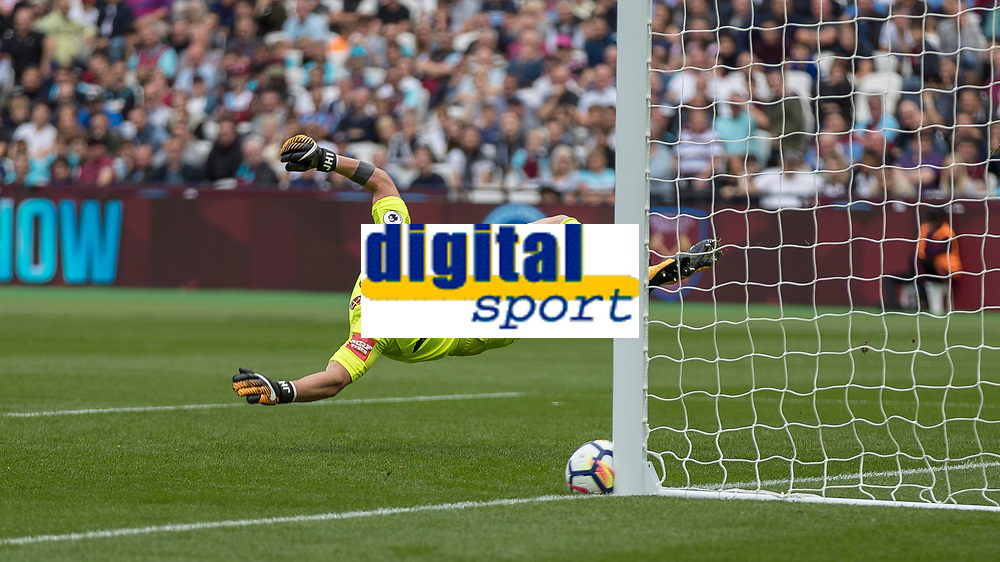 Football - 2017 / 2018 Premier League - West Ham United vs Tottenham Hotspur<br /> <br /> Harry Kane (Tottenham FC) is denied his hat trick by the post after his free kick beats Joe Hart (West Ham United) at the London Stadium<br /> <br /> COLORSPORT/DANIEL BEARHAM