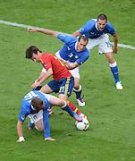 FUSSBALL  EUROPAMEISTERSCHAFT 2012   VORRUNDE Spanien - Italien            10.06.2012 David Silva (2. von unten, Spanien) gegen Daniele De Rossi, Giorgio Chiellini und Leonardo Bonucci (von unten nach oben, alle Italien)