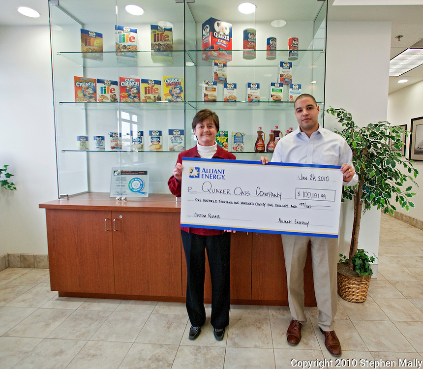 Quaker Oats' Kay Driscoll (left) and Alliant Energy's Chad Wiltz (right) as Quaker Oats receives a rebate check from Alliant Energy at Quaker Oats in Cedar Rapids, Iowa on Tuesday January 26, 2010. (Stephen Mally for Quaker Oats)