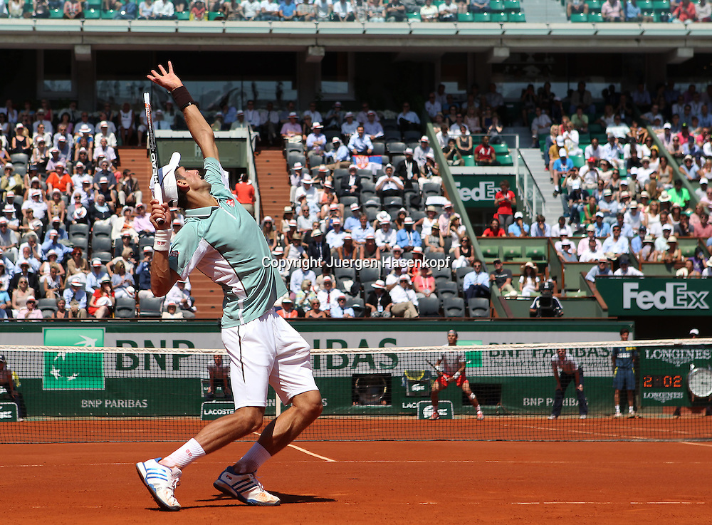 French Open 2013, Roland Garros,Paris,ITF Grand Slam Tennis Tournament,Novak Djokovic (SRB) schlaegt auf,im Hintergrund <br /> Rafael Nadal,Aufschlag,Aktion,Ganzkoerper,Querformat,von hinten,Uebersicht,