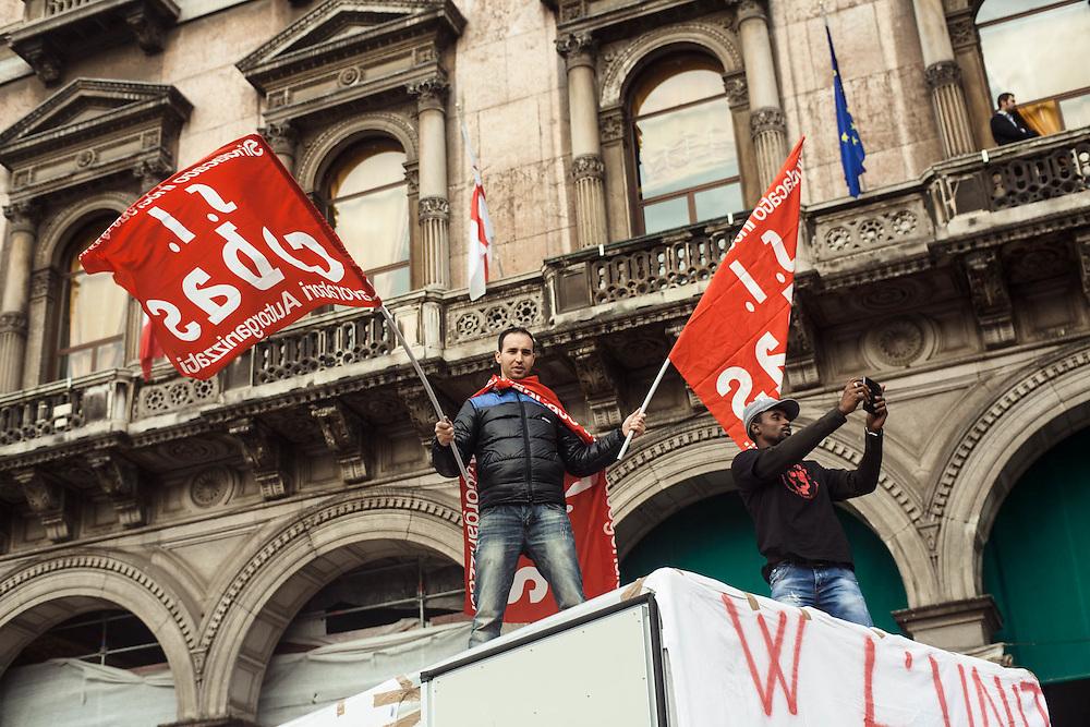 Sciopero nazionale Fiom Cgil contro il Jobs Act del governo Renzi. Manifestazione di Milano. Il corteo degli addetti alla logistica dei Cobas passa per Piazza del Duomo durante i comizi conclusivi.