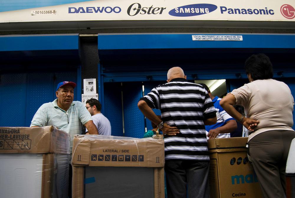 Cientos de Caraqueños asistieron a tiendas de electrodomesticos para comprar a dolar viejo debido al aumento del dolar preferencial. Caracas, Venezuela 12-01-2010. <br /> Photography by Aaron Sosa