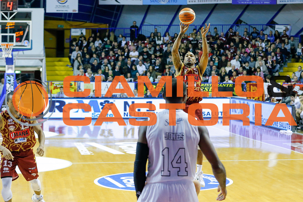 DESCRIZIONE : Venezia Lega A 2015-16 Umana Reyer Venezia Pasta Reggia Caserta<br /> GIOCATORE : Phil Goss<br /> CATEGORIA : Tiro<br /> SQUADRA : Umana Reyer Venezia Pasta Reggia Caserta<br /> EVENTO : Campionato Lega A 2015-2016<br /> GARA : Umana Reyer Venezia Pasta Reggia Caserta<br /> DATA : 29/11/2015<br /> SPORT : Pallacanestro <br /> AUTORE : Agenzia Ciamillo-Castoria/G. Contessa<br /> Galleria : Lega Basket A 2015-2016 <br /> Fotonotizia : Venezia Lega A 2015-16 Umana Reyer Venezia Pasta Reggia Caserta