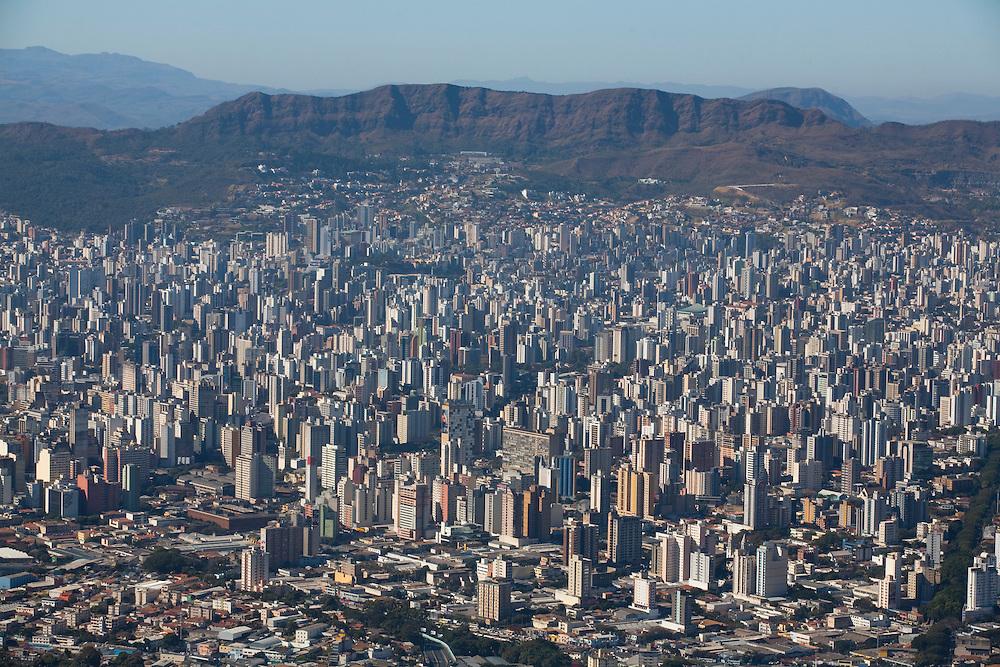 Belo Horizonte_MG, Brasil...Imagem aerea de Belo Horizonte, Minas Gerais, com a Serra do Curral ao fundo...Aerial view of Belo Horizonte, Minas Gerais, with Serra do Curral in the background...Foto: LEO DRUMOND / NITRO
