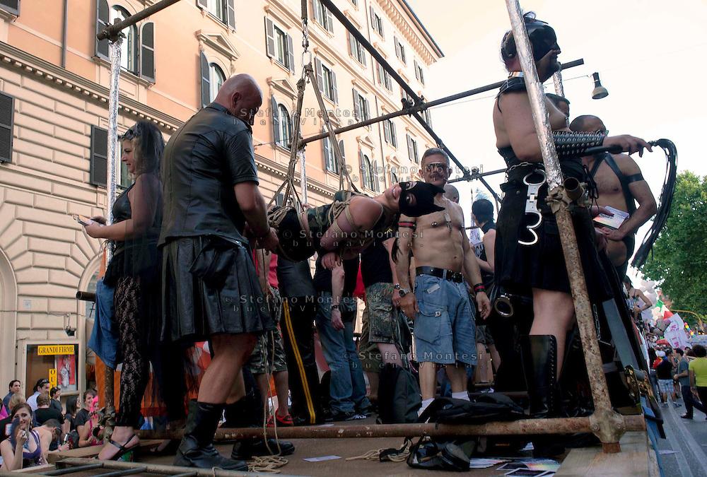 Roma 11 Giugno 2011.EuroPride 2011.La Sfilata del Gay pride, la giornata dell' orgoglio omosessuale per le vie della città. Il carro  BDSM, una ragazza legata con le corde